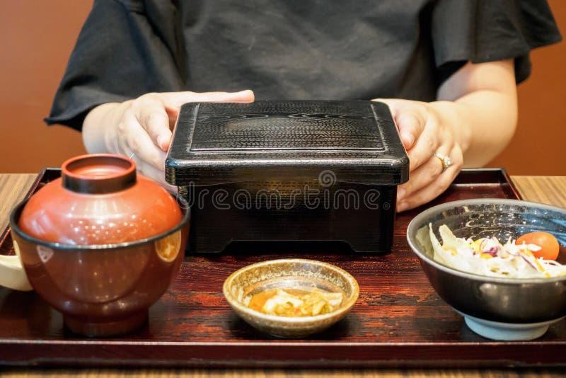 Kobieta przygotowywająca jeść Japońskiego jedzenie piec na grillu wołowina posiłek z ryż fotografia royalty free