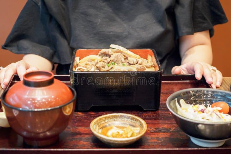 Kobieta przygotowywająca jeść Japońskiego jedzenie piec na grillu wołowina posiłek z ryż obrazy royalty free