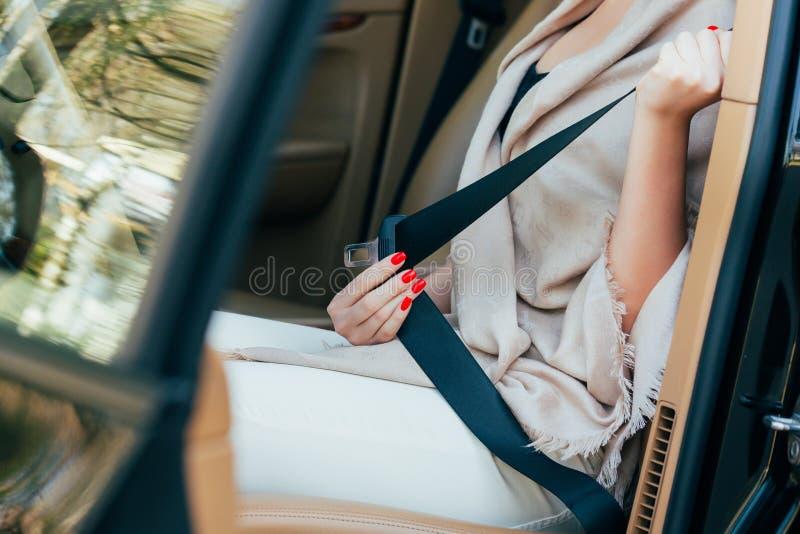 Kobieta przymocowywa seatbelt zdjęcie royalty free