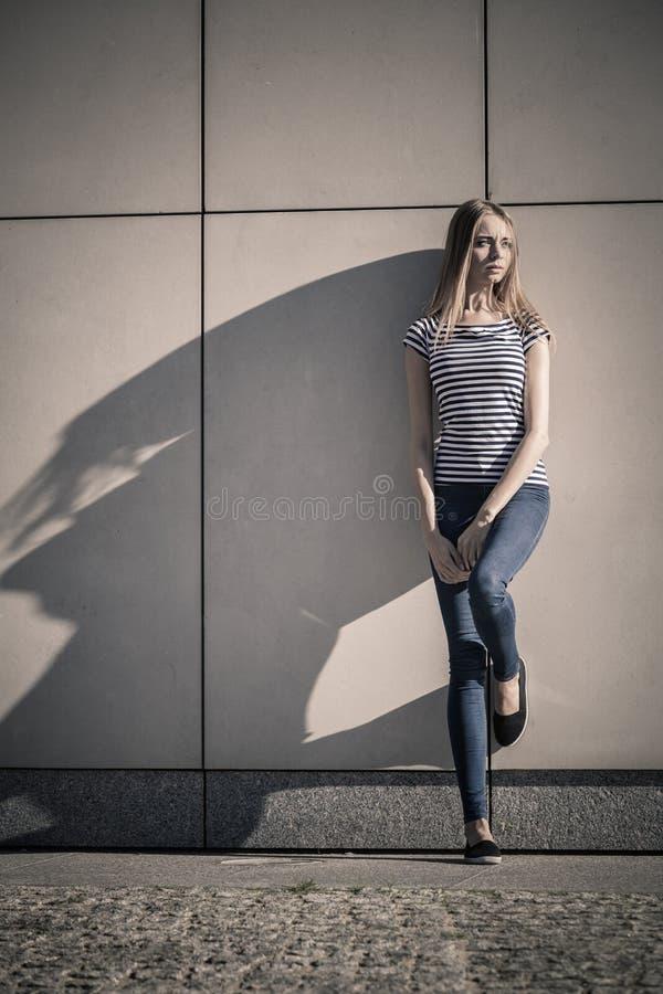 Kobieta przypadkowy styl przeciw kamiennej grunge ścianie obrazy royalty free