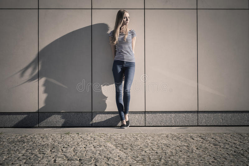 Kobieta przypadkowy styl przeciw kamiennej grunge ścianie obrazy stock