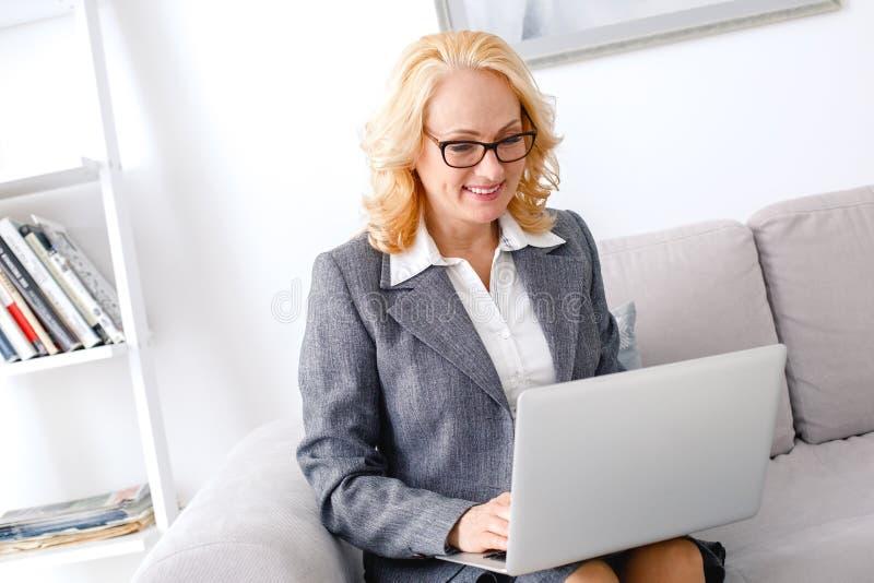 Kobieta psychologa portreta obsiadanie przy przypadkowego ministerstwa spraw wewnętrznych online pomocą zdjęcia stock