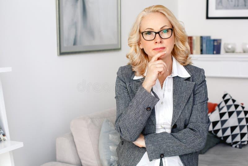 Kobieta psychologa portreta pozycja przy przypadkowym ministerstwem spraw wewnętrznych rozważnym zdjęcie royalty free