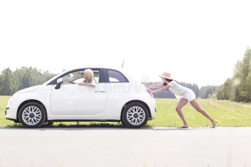 Kobieta puszka dosunięcie łamający samochód na wiejskiej drodze obraz stock