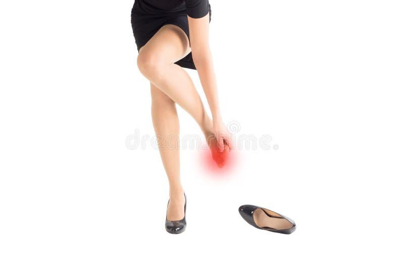 Kobieta ranił cieki i wymazywał zeluje szpilki ciasnymi butami, odizolowywającymi na bielu fotografia royalty free