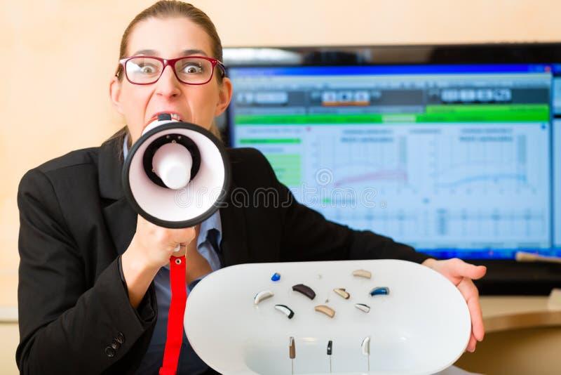 Kobieta reklamuje przesłuchanie test obrazy stock