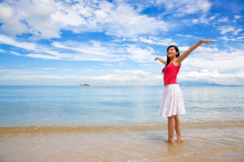 kobieta relaksująca pięknego dnia fotografia stock