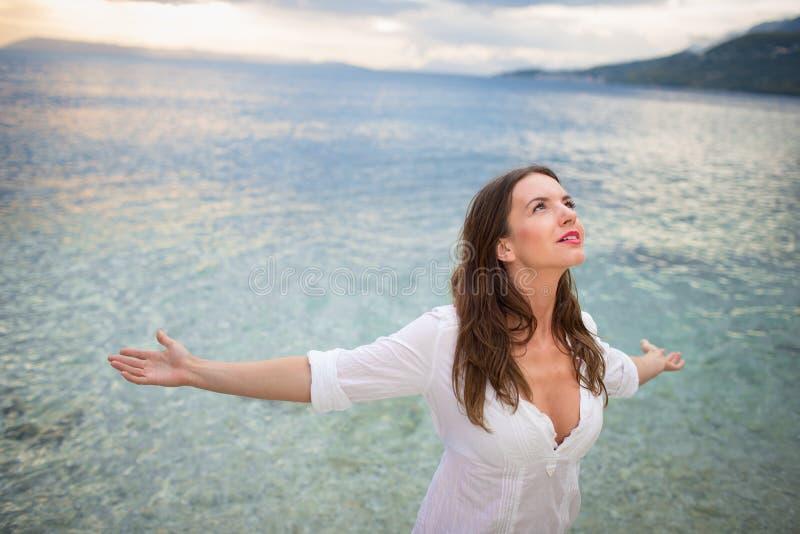 Kobieta relaksujÄ…ca siÄ™ na plaży zdjęcia royalty free