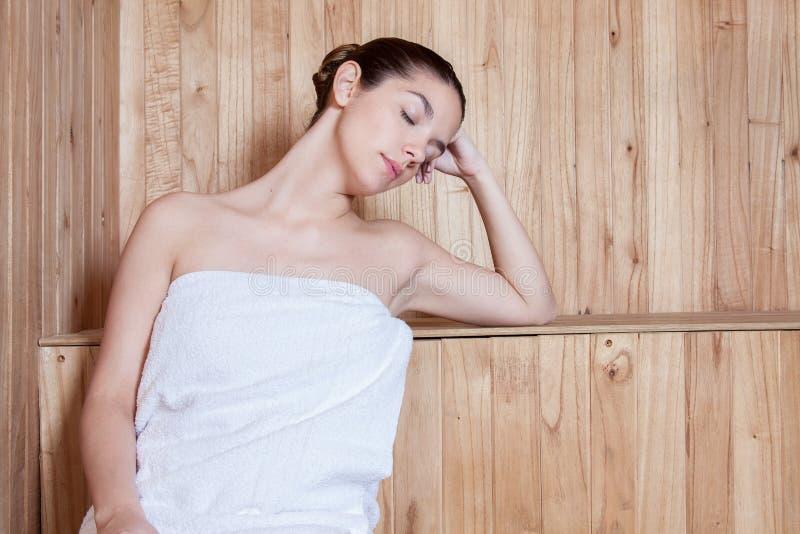 Kobieta relaksująca wśrodku sauna zdjęcie royalty free