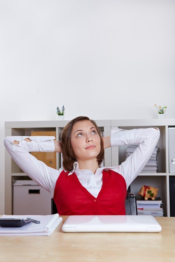 kobieta relaksujący w górę kobiety TARGET2031_0_ zdjęcia royalty free