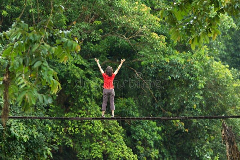 Kobieta relaksuje na drewnianym moscie zdjęcie royalty free