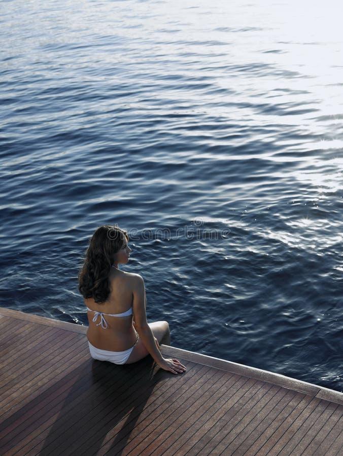 Kobieta Relaksuje Na jachtu Floorboard W bikini obrazy royalty free