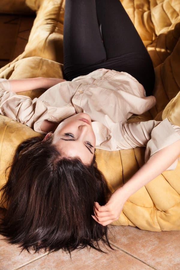 Kobieta relaksuje na leżance w żywym pokoju fotografia royalty free