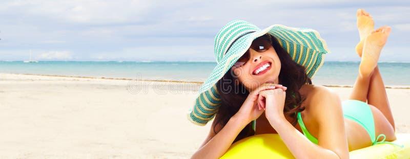 Kobieta relaksuje na plaży. obrazy stock
