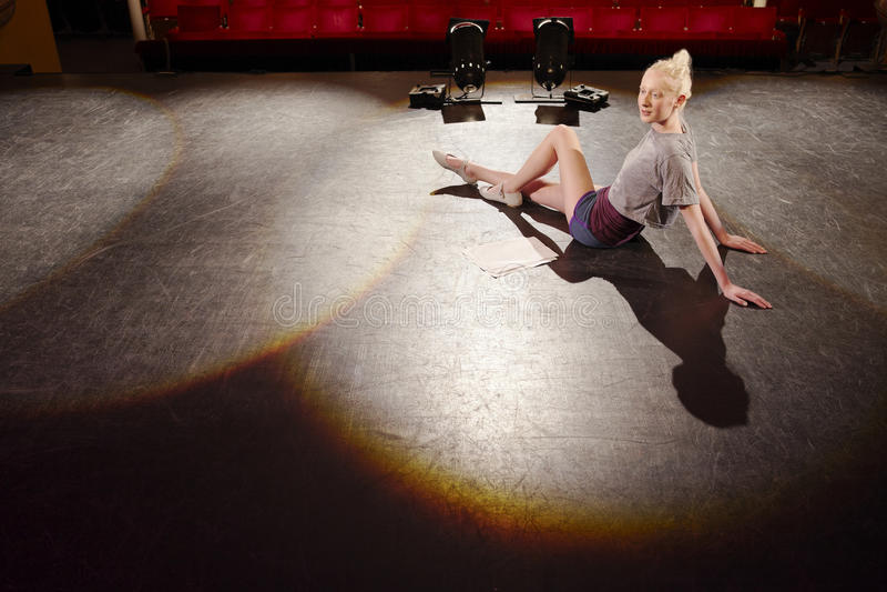 Kobieta Relaksuje Na scenie fotografia stock