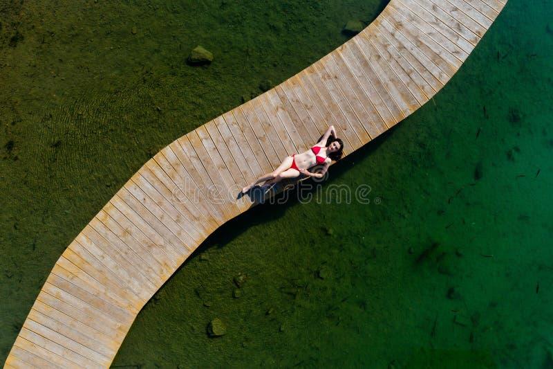 Kobieta relaksuje na wakacjach w swimsuit zdjęcia stock