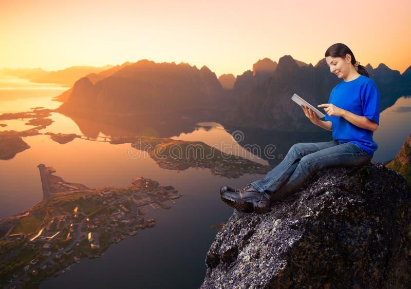 Kobieta relaksuje outdoors zdjęcia stock