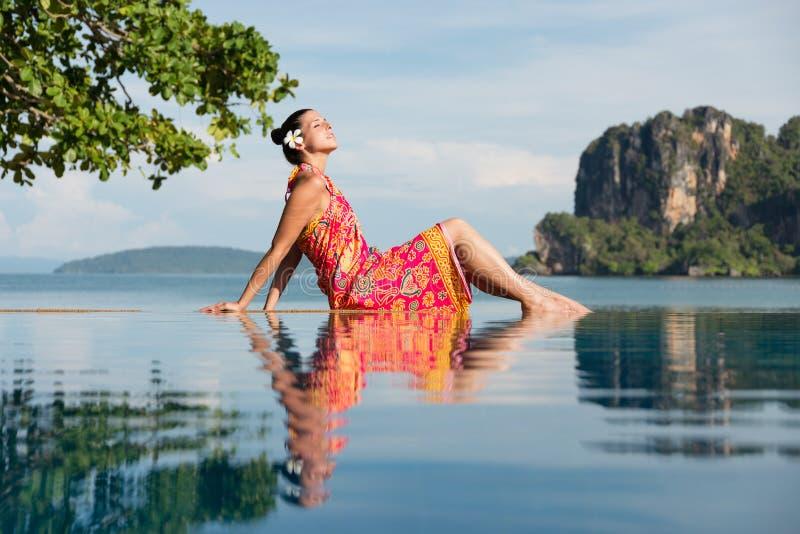 Kobieta relaksuje przy Krabi plażą na Tajlandia podróży obraz royalty free