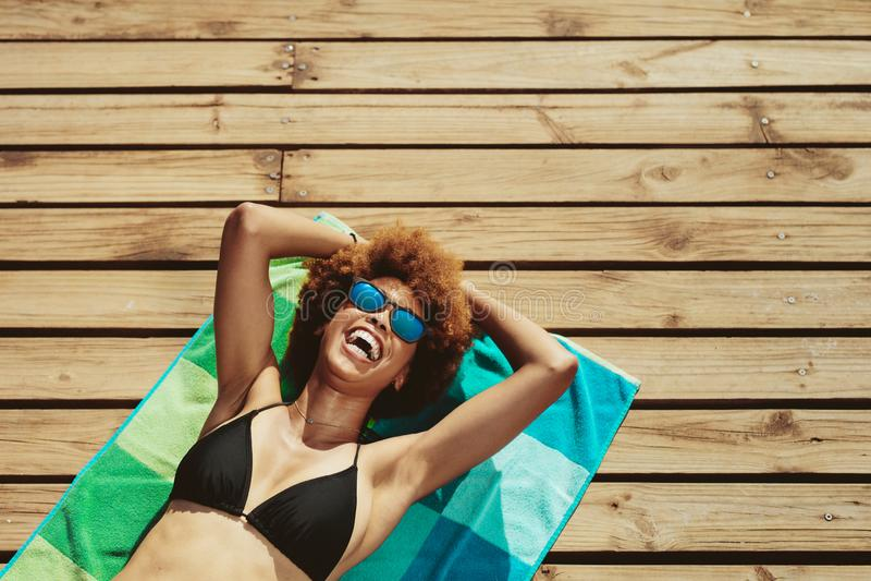 Kobieta relaksuje przy plażą w bikini zdjęcie royalty free