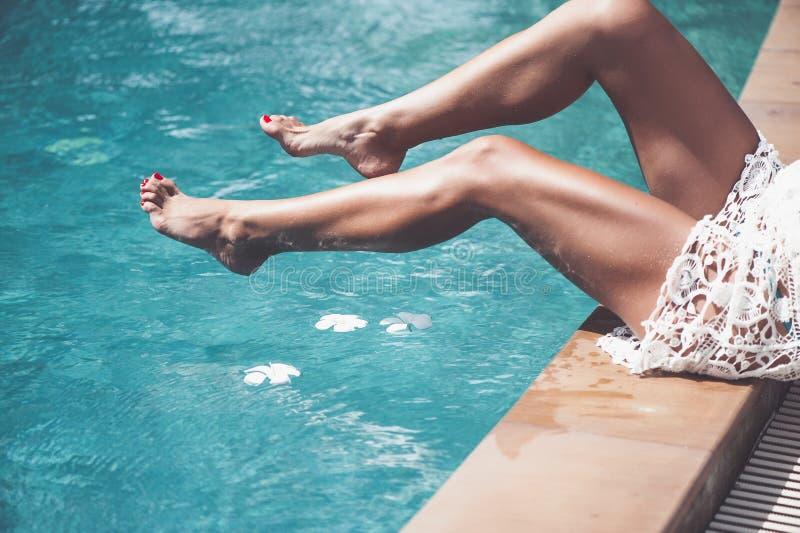 Kobieta relaksuje przy wodnym basenem zdjęcia stock