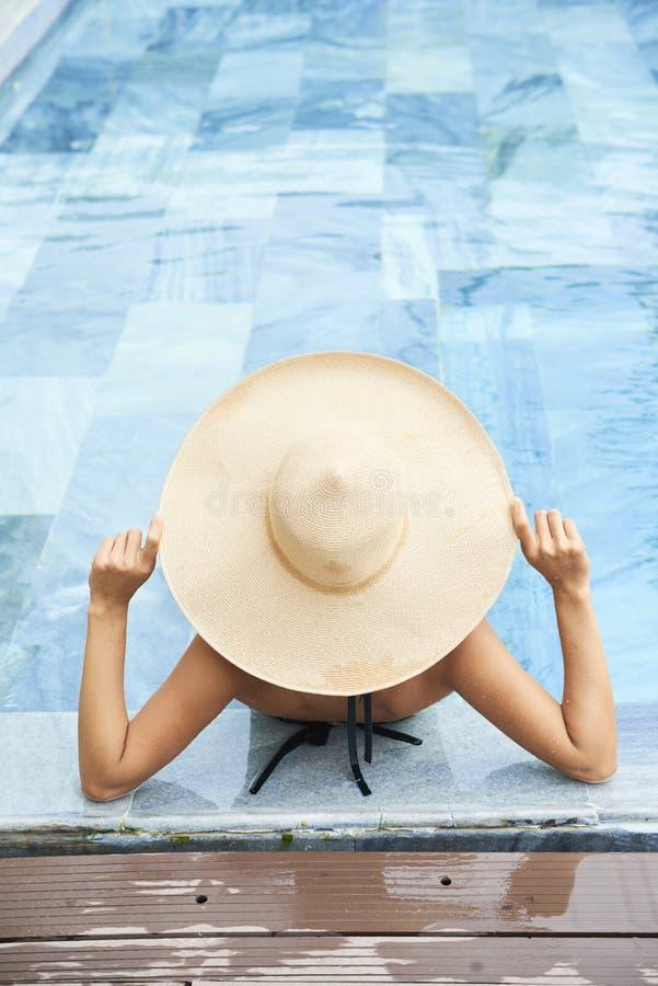 Kobieta relaksuje w basenie zdjęcia royalty free