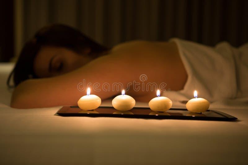 Kobieta relaksuje w zdroju zdjęcie royalty free