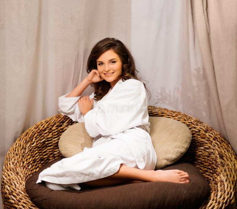 Kobieta relaksuje w zdroju ubierał w bathrobe zdjęcie stock