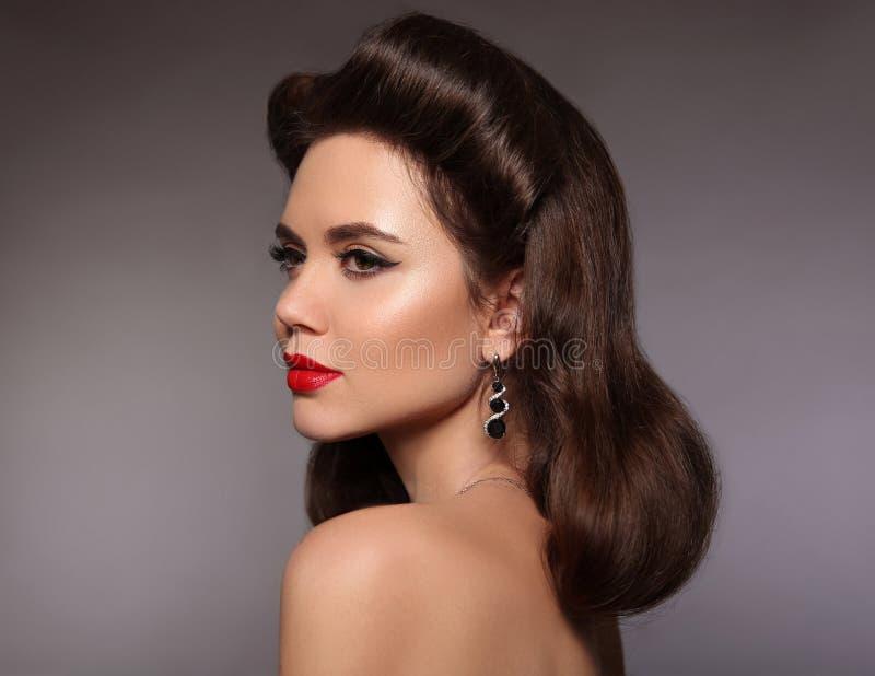 Kobieta retro Portret Elegancka brunetka z czerwonym wargi makeup i zdjęcie royalty free