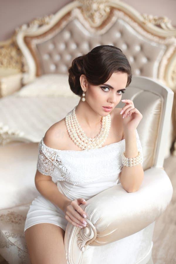 Kobieta retro Portret Elegancka brunetki dama z mod perłami obrazy royalty free
