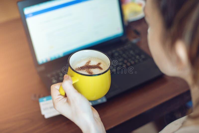 Kobieta rezerwować bilety online lub kupować przy laptopem fotografia stock