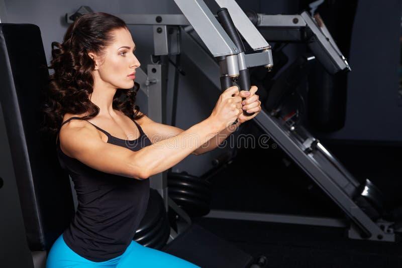 Kobieta robi ćwiczeniom na stażowym aparacie w gym obrazy stock