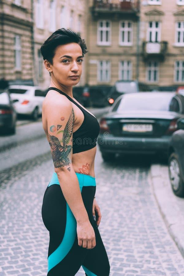 Kobieta robi ćwiczeniu w miasto ulicie obraz royalty free