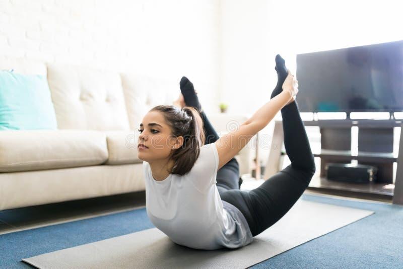 Kobieta robi łęk pozy joga obrazy royalty free