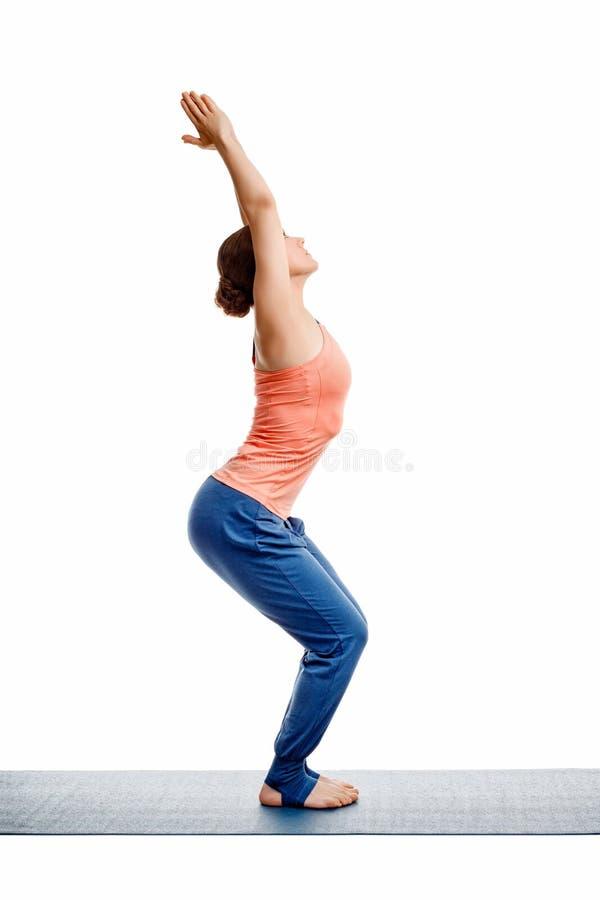 Kobieta robi ashtanga vinyasa joga asana Utkatasana zdjęcia royalty free