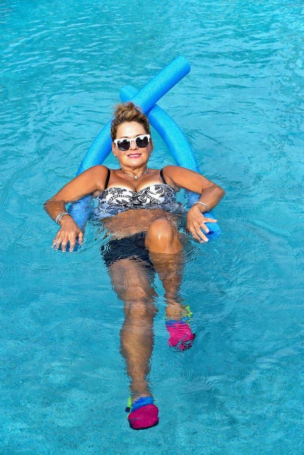Kobieta robi Auqua sprawności fizycznej zdjęcia royalty free