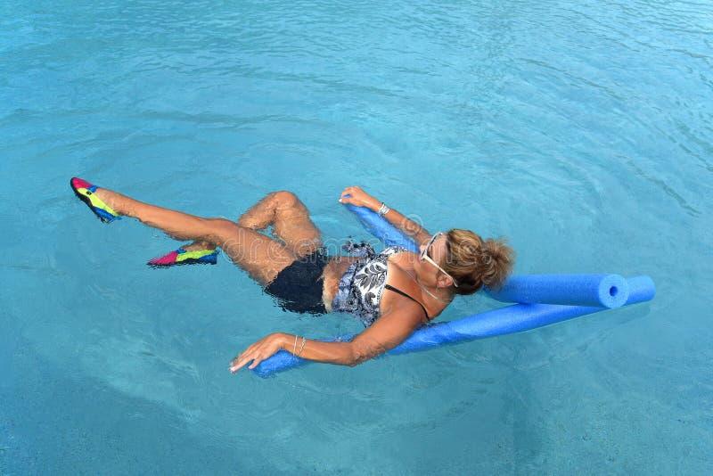 Kobieta robi Auqua sprawności fizycznej zdjęcia stock