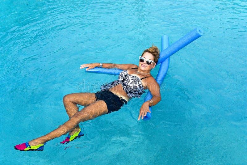 Kobieta robi Auqua sprawności fizycznej obrazy stock