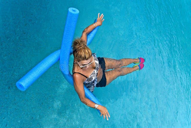 Kobieta robi Auqua sprawności fizycznej obraz royalty free