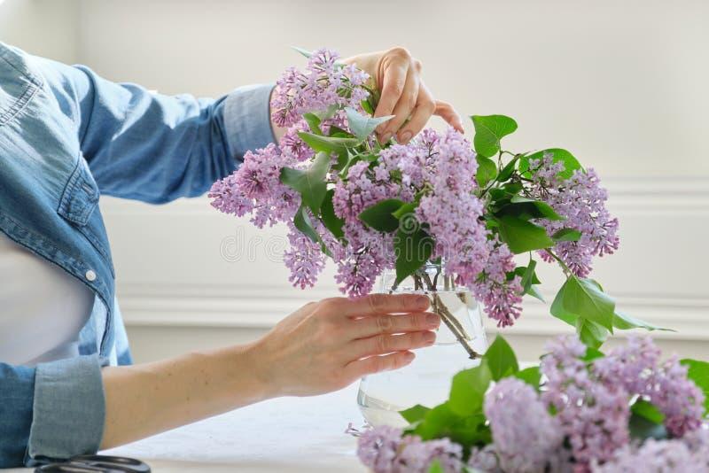 Kobieta robi bukietowi bez gałąź w górę żeńskiego ułożenia, kwitnie wiązkę w wazie obraz royalty free