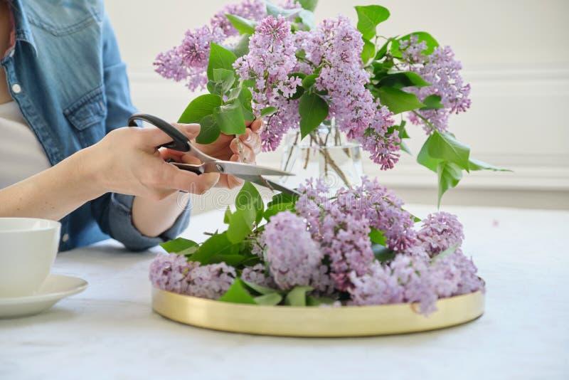 Kobieta robi bukietowi bez gałąź w górę żeńskiego ułożenia, kwitnie wiązkę w wazie fotografia stock