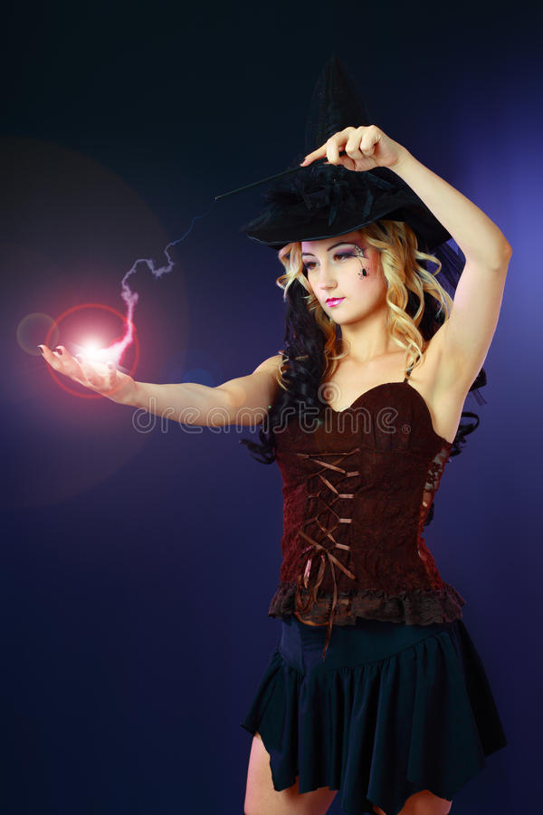 Kobieta robi czary z magiczną kulą ognistą obraz royalty free