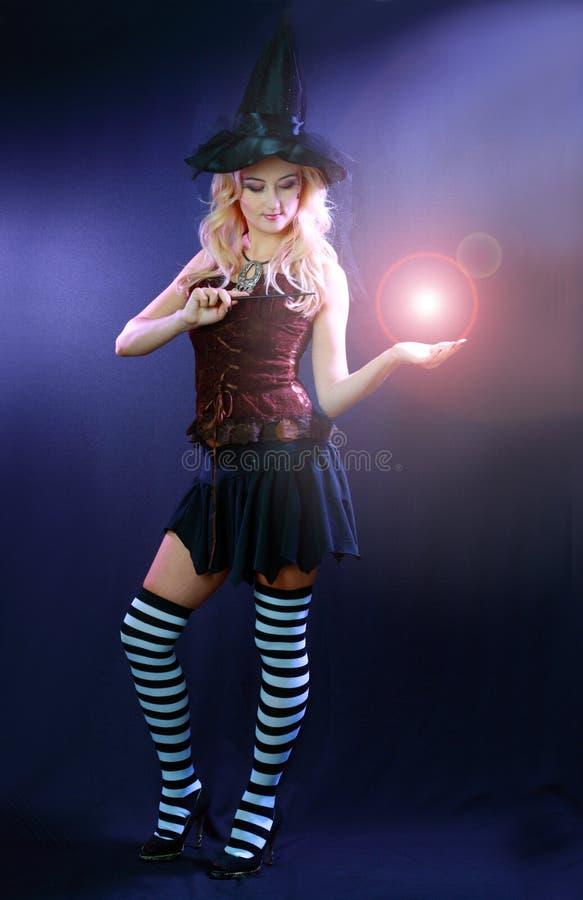 Kobieta robi czary z magiczną kulą ognistą zdjęcie royalty free