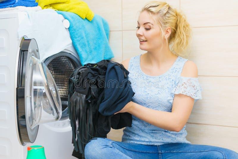 Kobieta robi czerni ubraniom pralnianym zdjęcie royalty free