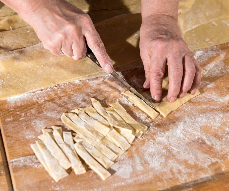 Kobieta robi domowej roboty makaronowi obraz royalty free