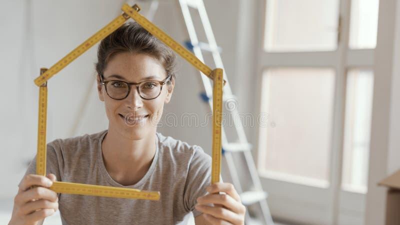Kobieta robi domowemu kształtowi z falcowanie władcą obraz royalty free