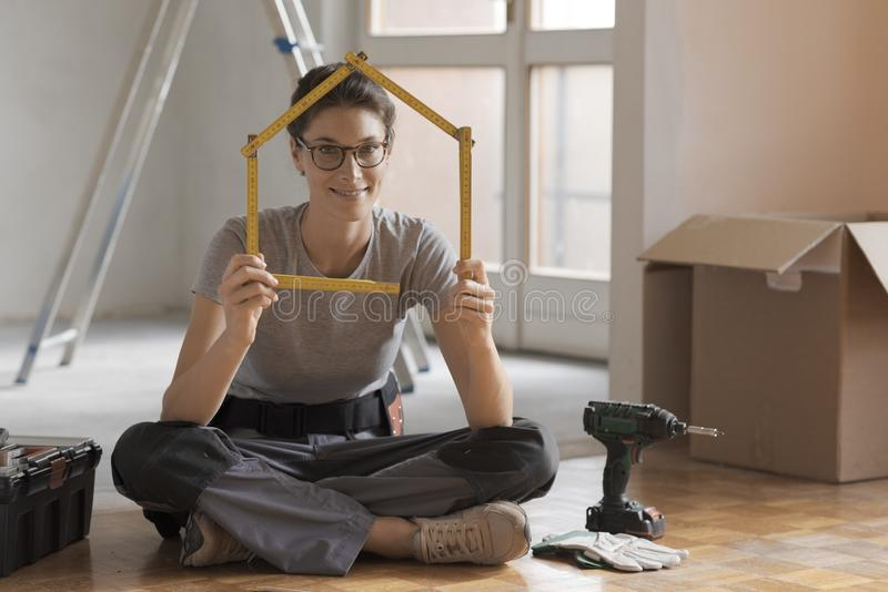 Kobieta robi domowemu kształtowi z falcowanie władcą obrazy stock