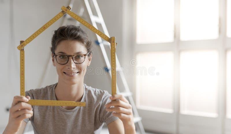 Kobieta robi domowemu kształtowi z falcowanie władcą obrazy royalty free