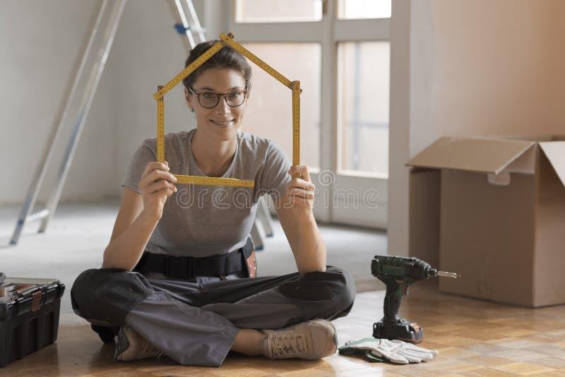 Kobieta robi domowemu kształtowi z falcowanie władcą zdjęcia stock