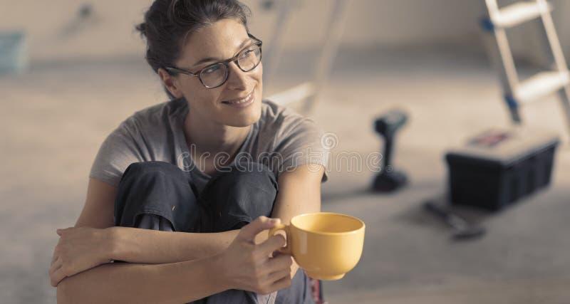 Kobieta robi domowemu odświeżaniu i ma kawową przerwę obraz stock
