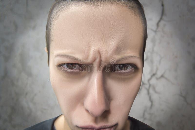 Kobieta robi fanaberiom z gniewnym spojrzeniem zdjęcia stock